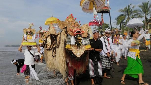 Sakralnya Upacara Melasti di Bali Sambut Hari Raya Nyepi