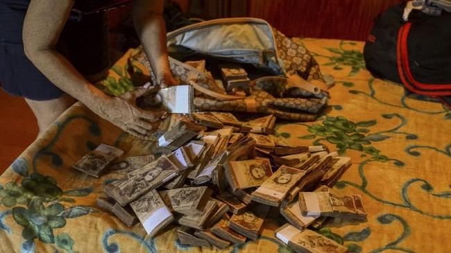 Mata uang Venezuela telah kehilangan nilai hingga orang-orang membuangnya begitu saja. (AFP Photo/Federico Parra)