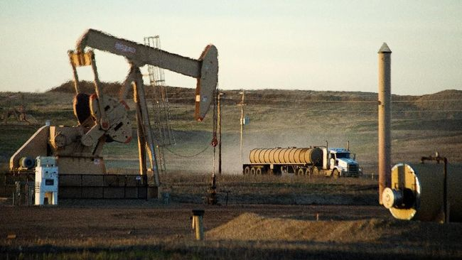 Harga minyak mentah menguat 2% setelah produksi minyak AS turun