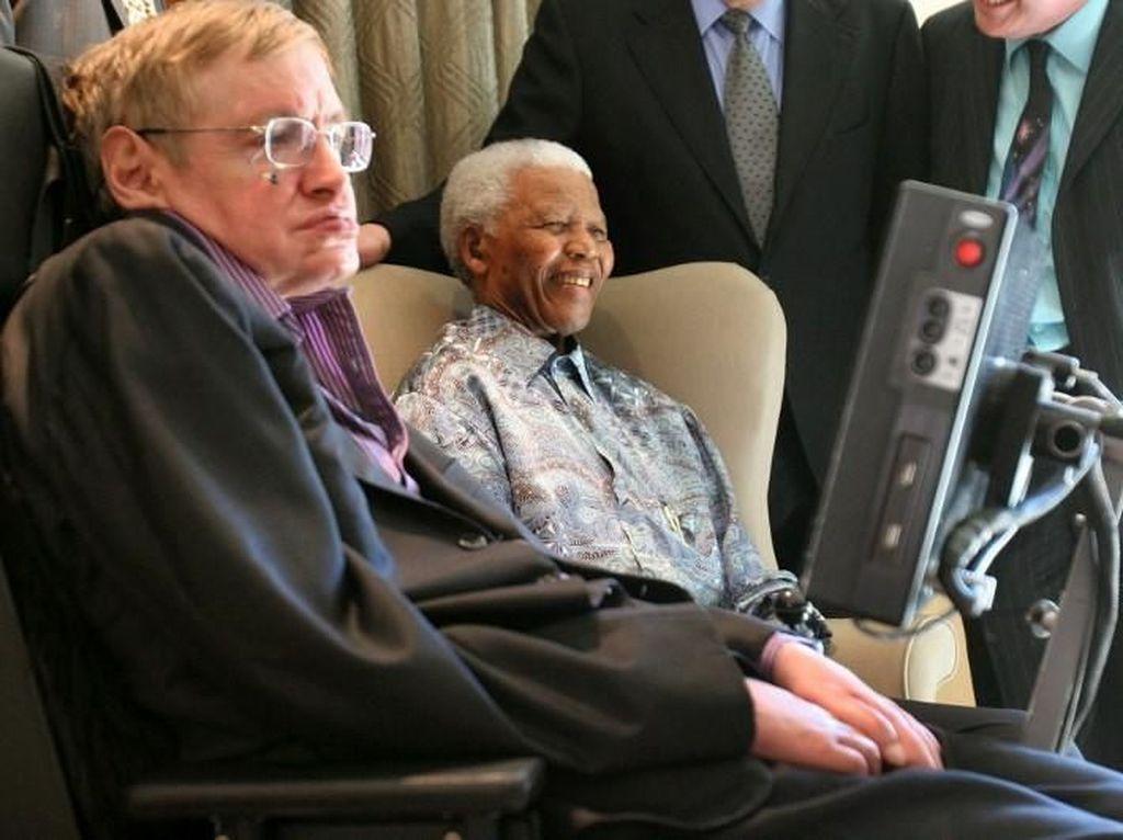 Mendiang Nelson Mandela dan Stephen Hawking pernah bertemu di Johannesburg, Afrika Selatan, tahun 2008. Foto: AFP Photo/Denis Farrell/POOL