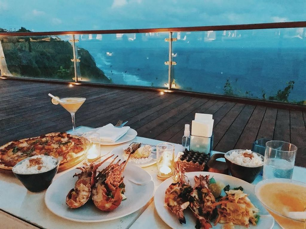 Ketika berada di Bali, Cita memilih hidangan udang bakar ditemani sepiring pizza dan cocktail. Kira-kira Cita sedang romantic dinner, sama siapa ya? Foto: Instagram @cita_citata