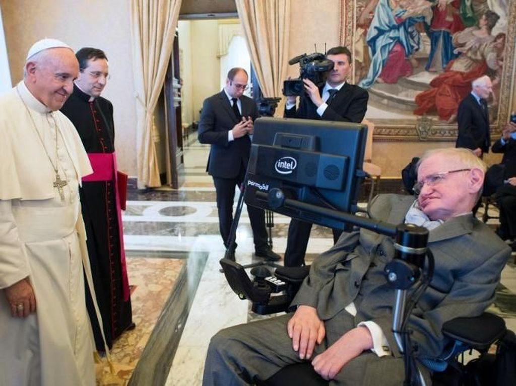 Paus Fransiskus bertemu Stephen Hawking di Vatikan tahun 2016 lalu. Foto: AFP PHOTO/FILIPPO MONTEFORTE