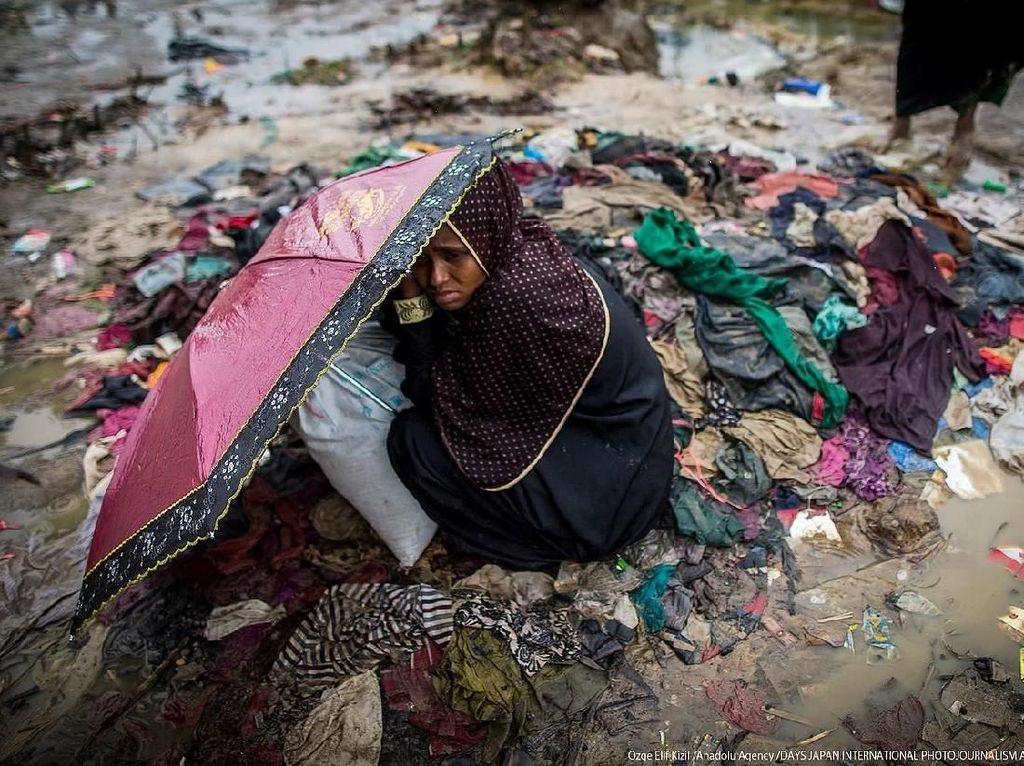 Ozge sempat mempotret seorang wanita Rohingya memegang payung untuk melindungi dirinya sendiri saat hujan di perkemahan darurat Tankhali di Coxs Bazar, Bangladesh. Foto: Days Japan Internasional Photojournalism Awards 2018