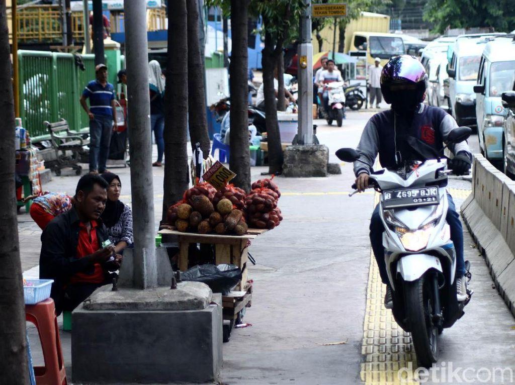 Aksi nekat pengendara sepeda motor ini tentunya bakal membahayakan pejalan kaki.