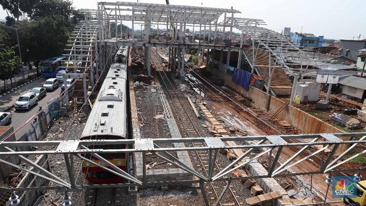 Proses proyek pembangunan Stasiun Buaran,  Jakarta Timur, Kamis (15/3). Ditjen Perkeretaapian Kemenhub terus memperbaiki jalur hingga stasiun kereta api. Seperti di Buaran, pembangunan stasiun dan jalur DDT terus dikebut. (CNBC Indonesia/Muhammad Sabki )