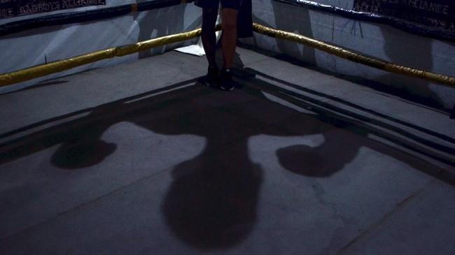 Keberadaan RCBC menjadi oase bagi yang datang berlatih tinju. Bayangan anggota Rumah Cemara Boxing Camp (RCBC) sebelum berlatih tanding tinju di Rumah Cemara, Bandung, Jawa Barat, Senin (15/1). (ANTARA FOTO/Agvi Firdaus/18.)