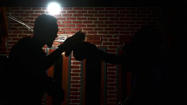 Jundullah Muhammad Fauzan melatih muridnya di sasana miliknya di Kabupaten Bandung, Jawa Barat, Rabu (14/2). RCBC disebutkan tak hanya menjadi tempat berolahraga secara fisik, tapi juga pikiran dan jiwa yang diasah agar peka terhadap pelbagai isu sosial yang ditekuni Rumah Cemara, seperti HIV-AIDS dan NAPZA. (ANTARA FOTO/Agvi Firdaus/18.)
