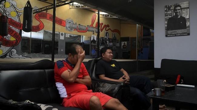 Di sela-sela istirahat, ada sesi sharing di mana setiap orang bisa mengenal satu sama lain dan bercerita mengenai kehidupannya masing-masing. Penghuni Rumah Cemara Boxing Camp (RCBC) berbincang di salah satu ruang di Rumah Cemara, Bandung, Jawa Barat, Rabu (14/2). (ANTARA FOTO/Agvi Firdaus/18.)