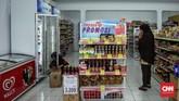 212 Mart menjual kebutuhan sehari-hari masyarakat, seperti makanan, minuman, hingga sabun cuci. Di swalayan berprinsip koperasi syariah ini seluruh barang yang dijual harus memiliki label halal dan sesuai dengan syariat Islam. (CNN Indonesia/Hesti Rika).
