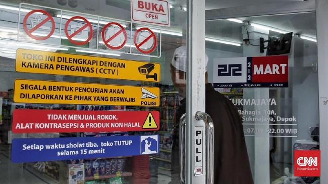 Ada yang berbeda dari suasana212 Mart. Selain hanya menjual barang-barang sesuai syariat Islam dan berlabelkan halal, salam dalam bahasa Arab, assalamualaikum, juga kerap berkumandang saat konsumen masuk dan keluar toko. (CNN Indonesia/Hesti Rika).
