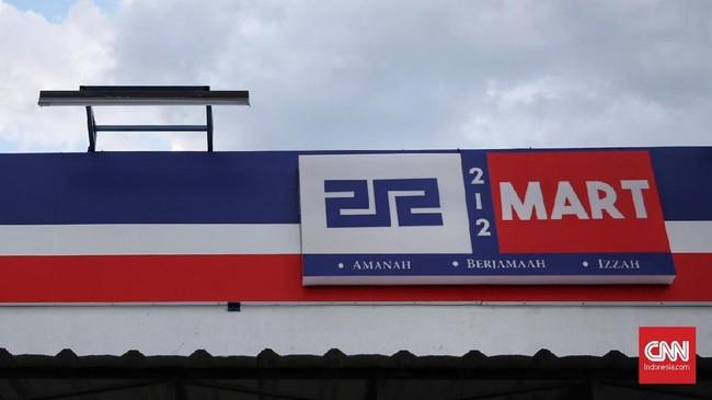 Umat muslim meleburkan kekuatan untuk unjuk gigi dalam menjalankan roda ekonomi nasional dengan membentuk Koperasi Syariah 212 Mart. 212 Mart dirintis oleh alumni aksi 212 pada Desember 2016 lalu. Para alumni ini kemudian mendirikan koperasi syariah. (CNN Indonesia/Hesti Rika).