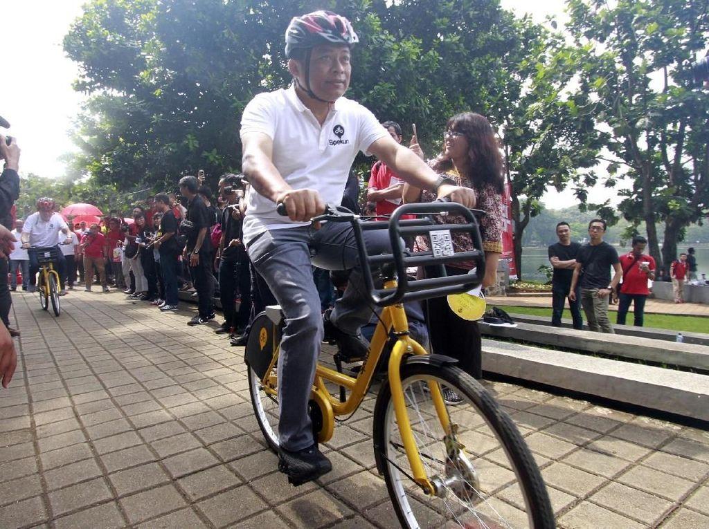 Direktur Utama Telkomsel Ririek Adriansyah menjajal sepeda kuning disekitar danau kampus UI. Saat ini hanya baru ada 12 unit sepeda dan 40 dock yang disebar di beberapa titik Kampus UI. Targetnya akan ditambah 200 unit spekun sehingga total tahun depan mencapai 800 unit Spekun. Idealnya, Kampus UI, membutuhkan sekitar 840 unit Spekun untuk memenuhi kebutuhan transportasi civitas akademi UI. Foto: dok. Universitas Indonesia