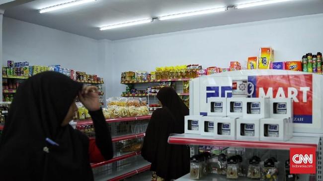 212 Mart merupakan swalayan dengan prinsip koperasi syariah. Karena prinsipnya tersebut, setiap toko 212 Mart harus menyetop kegiatannya setiap azan berkumandang. Hal ini dimaksudkan untuk memberi kesempatan kepada para pekerja untuk melakukan salat berjamaah.(CNN Indonesia/Hesti Rika).