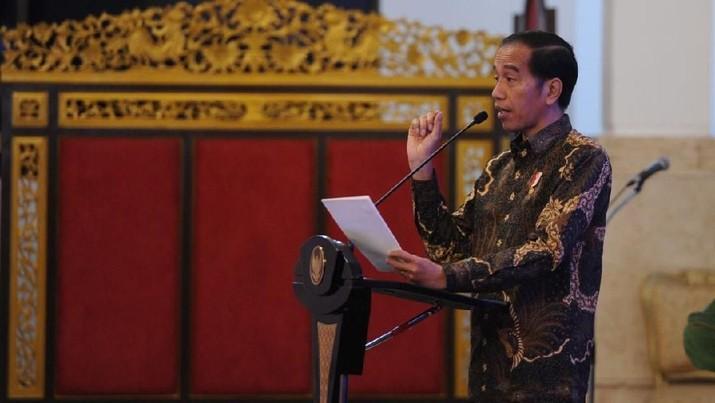 Jokowi memastikan akhir bulan ini ada penyesuaian tarif tol. Penurunan tarif tol bahkan bisa mencapai 30% dari saat ini.