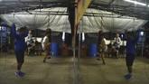 Sejumlah anggoa Rumah Cemara Boxing Camp (RCBC) melakukan pemanasan di Bandung, Jawa Barat, Senin (15/1). (ANTARA FOTO/Agvi Firdaus/18.)