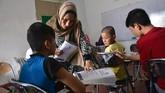 Sementara tenaga pengajar lebih banyak diisi sukarelawan dari sesama pengungsi yang punya latar belakang di dunia pendidikan atau guru. (ANTARA FOTO/FB Anggoro)