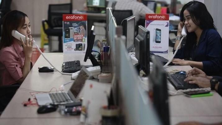 Harga saham peritel ponsel, PT Erajaya Swasemba Tbk (ERAA), ambles pada perdagangan pagi ini setelah perseroan melaporkan kinerja yang mengecewakan.