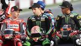 Pebalap Ducati Jorge Lorenzo (kiri) berbicara dengan duo Monster Yamaha Tech3, Johann Zarco (tengah) dan pebalap asal Malaysia Hafizh Syahrin. (AFP PHOTO / KARIM JAAFAR)