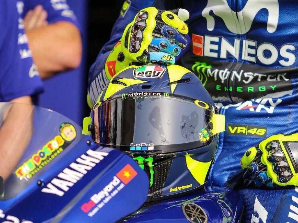 Warna helm juga kian menyatu dengan livery Yamaha yang dikenakan Rossi musim ini. (Foto: Twitter @rossimania1)
