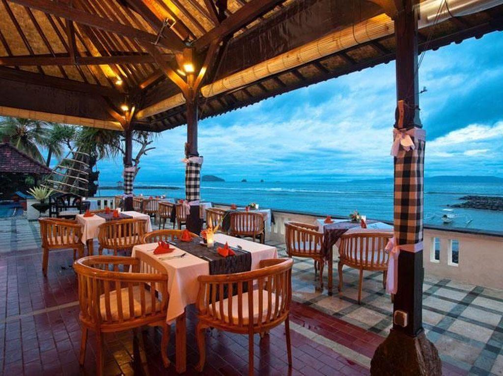 Ada restoran recommended juga di kawasan pesisir pantai Timur Bali. Salah satu restoran yang bisa disambangi yakni Le Zat Beach Restaurant. Foto Istimewa
