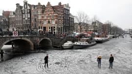 'Emma' dan Melupakan Mandi Pagi di Amsterdam