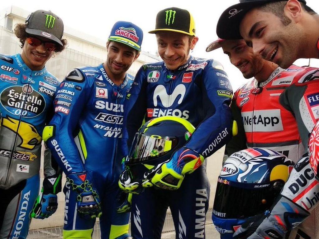 Helmnya juga ia perlihatkan saat mengikuti sesi foto pebalap jelang bergulirnya MotoGP 2018. (Foto: Twitter @pramacracing)