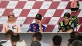 Juara bertahan MotoGP Marc Marquez, Maverick Vinales, dan Johann Zarco mengikuti jalannya konferensi pers MotoGP Qatar. (AFP PHOTO / KARIM JAAFAR)