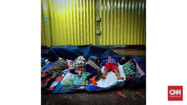Buruh memanfaatkan emperan toko sebagai lahan tidur di kawasan Duren Sawit, Jakarta. Kurang tidur meningkatkan nafsu makan dan sensitivitas terhadap rangsangan makan. Jangka panjang itu akan meningkatkan risiko obesitas, diabetes serta melemahnya sistem kekebalan tubuh. (CNNIndonesia/Safir Makki)