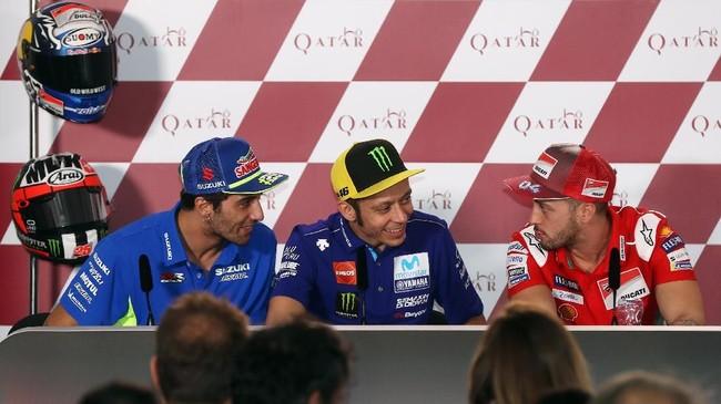 Trio pebalap MotoGP asal Italia, Andrea Iannone, Valentino Rossi, dan Andrea Dovizioso berbicara saat konferensi pers MotoGP Qatar. (AFP PHOTO / KARIM JAAFAR)