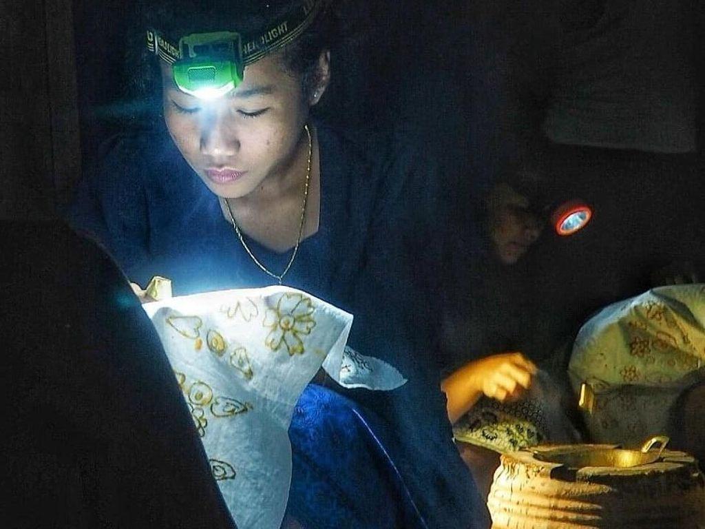 Inspiratif, Potret Anak Muda Baduy Belajar Membatik di Tengah Kegelapan