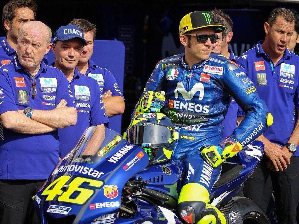 Rossi memperkenalkan desain helm terbarunya bertepatan dengan ia memperpanjang kontraknya bersama Yamaha pada Kamis (15/3/2018). (Foto: Twitter @rossimania1)