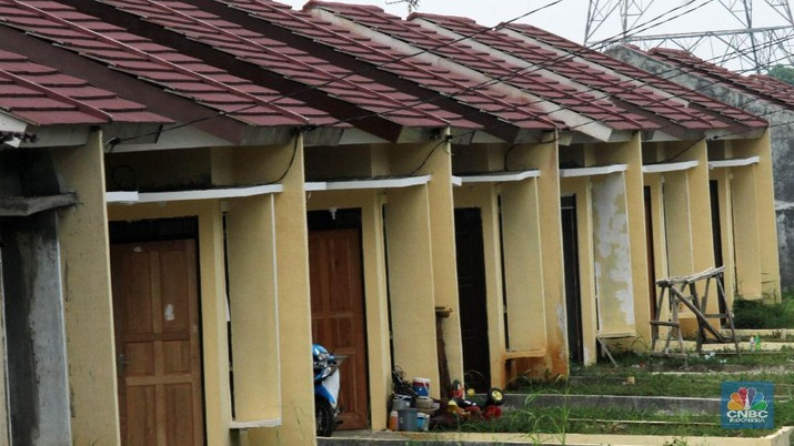 Kondisi perumahan murah yang berada di citayem, Depok, Jawa Barat, Kamis (15/03/2018). Banyaknya tumbuh rumah murah di kawasan pinggiran Jakarta yang menjadi alternatif lokasi pembangunan rumah murah tapi sayang kondisinya tidak terawat dan bahkan menjadi bangunan tak bertuan karna banyaknya pengembang yang tidak dilanjutkan karna masih kurangnya minat pembeli dan akses jalan yang masih susah. (CNBC Indonesia/Muhammad Sabki)