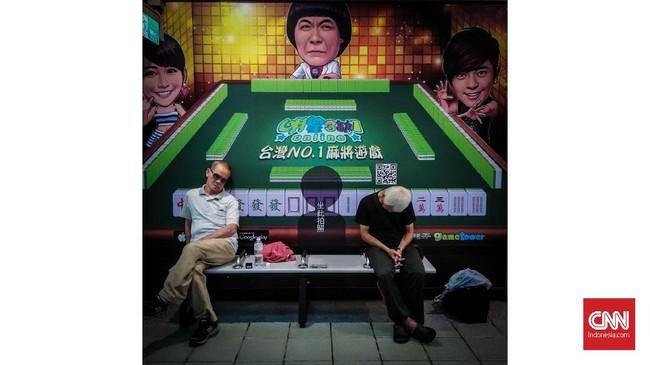 Dua pria lansia tertidur di pusat perbelanjaan Taipei, Taiwan. Tidur berkualitas adalah saat bangun tidur merasa segar, bukan pusing atau pegal. (CNNIndonesia/Safir Makki)
