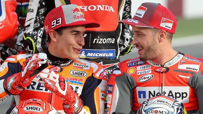 Pebalap Repsol Honda Marc Marquez (kiri) dan pebalap Ducati Andrea Dovizioso berbicara jelang foto bersama di Sirkuit Losail. Kedua pebalap merupakan rival dalam perburuan gelar juara dunia MotoGP 2017. (AFP PHOTO / KARIM JAAFAR)