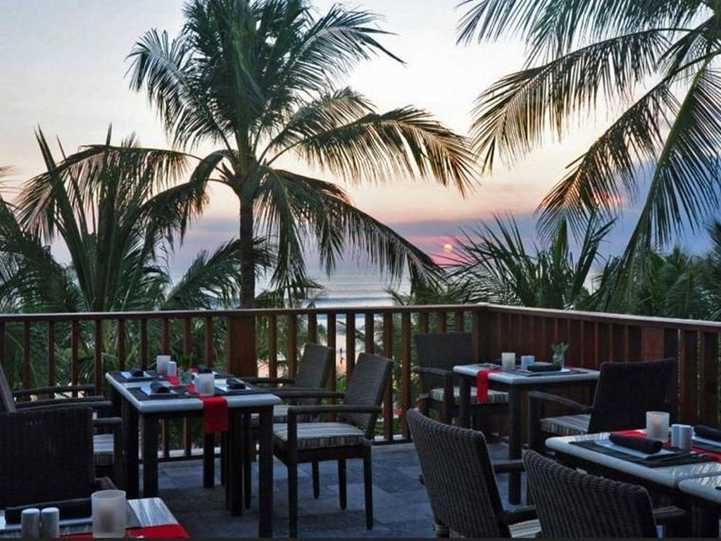 Kalau mau makan berat sambangi Yuyake Teppanyaki Restaurant yang ada di Legian Beach Hotel. Sambil makanan hidangan a la teppanyaki, sambil menyaksikan pemandangan laut yang keren. Foto : istimewa
