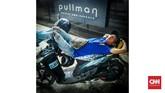 Pengemudi ojek tidur di atas motor di kawasan Bundaran HI, Jakarta. Kurangnya jam tidur menjadi epidemi global. Kondisi terparah umumnya dialami warga kota-kota besar dunia. (CNNIndonesia/Safir Makki)