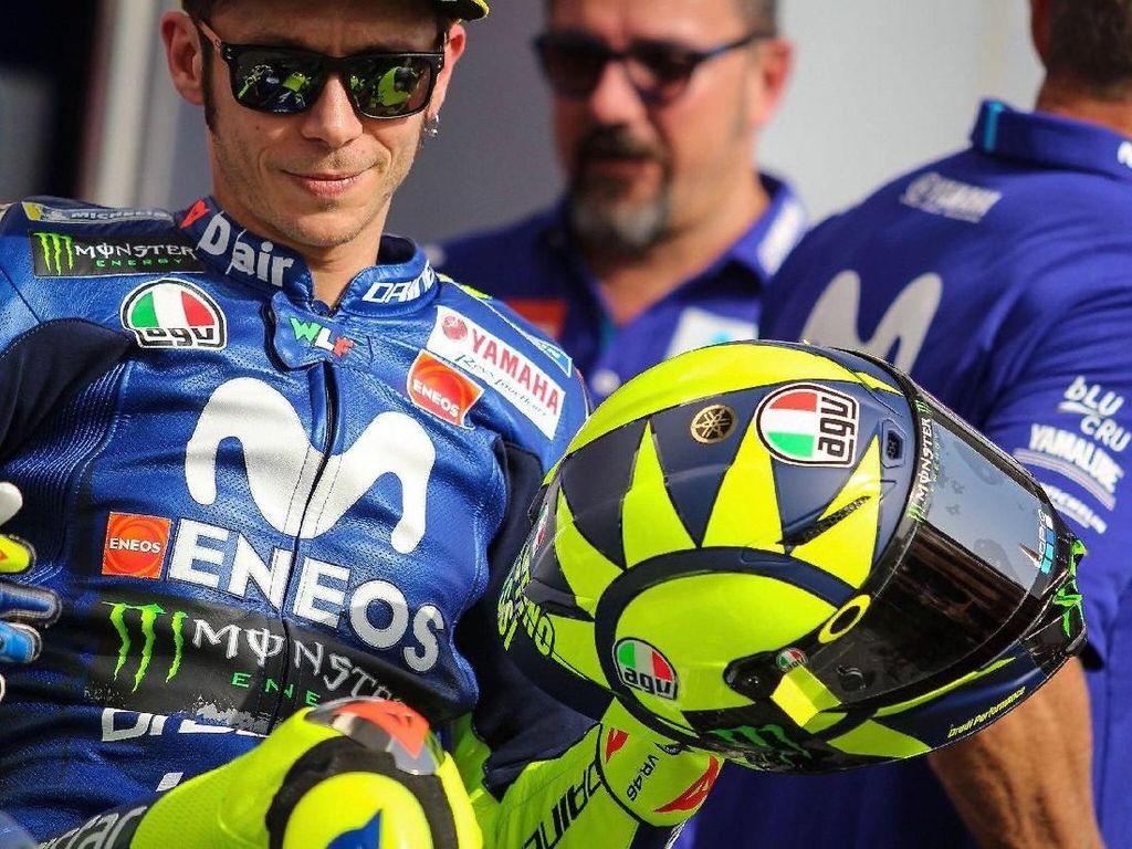Di helm itu, motif matahari tampak masih disematkan Rossi di sisi kiri helm. Sementara logo mereknya berwarna bendera Italia yakni hijau, merah, putih. (Foto: Twitter @rossimania1)