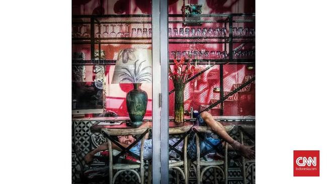 Pekerja tidur sebelum kafe di buka di Saigon, Vietnam. Tidur bukan sekedar memejamkan mata, tetapi kebutuhan dasar yang sama pentingnya dengan bernafas, makan dan olahraga. (CNNIndonesia/Safir Makki)