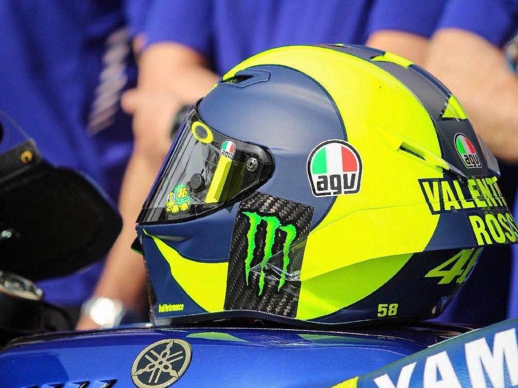 Agak berbeda dari desain helm sebelumnya, kali ini helm Rossi bermotif cukup sederhana dengan balutan warna biru dan kuning khas The Doctor. (Foto: Twitter @rossimania1)