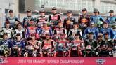 Seluruh 24 pebalap dari 12 tim yang akan tampil di MotoGP 2018 berpose dalam sesi pemotretan pebalap di Sirkuit Internasional Losail. (AFP PHOTO / KARIM JAAFAR)