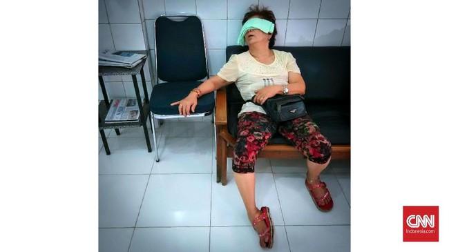 Pekerja tertidur di tempat cukur rambut kawasan Glodok, Jakarta. Hari Tidur Sedunia diperingati setiap Jumat terakhir sebelum matahari mencapai titik musim semi antara 19-20 Maret. Tahun ini Hari Tidur Sedunia jatuh pada 16 Maret. (CNNIndonesia/Safir Makki)