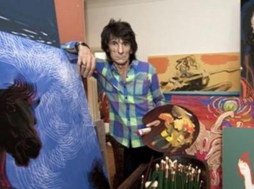 Ronnie Wood, guitaris The Rolling Stones itu juga memiliki bakat di bidang seni lukis. Ia pun kerap menuangkan nuansa Rock n Roll dalam karyanya tersebut. (Dok. Ist)
