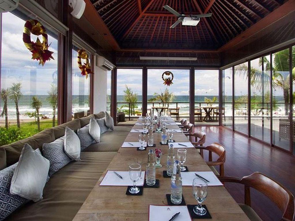 Hitana Restaurant tak kalah kerennya. Di sini bisa makan enak sambil melihat hamparan luas laut sekaligus mendengar debur ombaknya. Foto : Istimewa