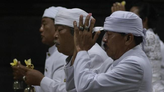 Umat Hindu melakukan persembahyangan bersama saat perayaan Hari Raya Saraswati di Pura Desa Tuban, Badung, Bali, Sabtu (17/3). Umat Hindu setempat tetap melaksanakan Hari Saraswati secara sederhana dan selesai sebelum pukul 06.00 WITA. (ANTARA FOTO/Fikri Yusuf)