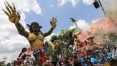 Sejumlah umat Hindu mengarak Ogoh-ogoh di Pare, Kediri, Jawa Timur, Jumat (16/3). Festival Ogoh-Ogoh bertujuan menetralisir unsur negatif agar perayaan Nyepi dapat dilaksanakan dengan damai.(ANTARA FOTO/Prasetia Fauzani)