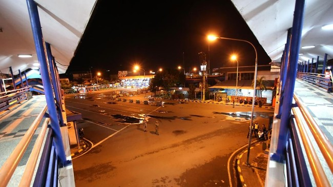 Pelabuhan Ketapang di Banyuwangi akan kembali beroperasi pada Minggu 18 maret 2018 pukul 5.30 WIB atau 06.30 WITA. (ANTARA FOTO/Budi Candra Setya)
