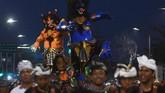 Umat Hindu mengarak ogoh-ogoh di Jembatan Surabaya, Jawa Timur, Jumat (16/3). Pawai ogoh-ogoh menjadi tradisi masyarakat Hindu untuk menyucikan lingkungan dari roh jahat sehari sebelumi hari raya suci Nyepi. (ANTARA FOTO/Zabur Karuru)
