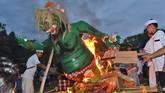 Umat Hindu membakar ogoh-ogoh di depan Pura Sanggha Bhuwana Lanud Iswahjudi Magetan, Jawa Timur, Jumat (16/3). Pembakaran ogoh-ogoh sebagai simbol pemusnahan segala hal buruk dan kejahatan di dunia yang dilakukan umat Hindu menjelang Nyepi. (ANTARA FOTO/Siswowidodo)