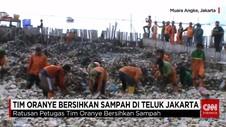Pasukan Oranye Bersihkan Sampah di Muara Angke