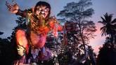 Parade Ogoh-Ogoh yang melambangkan sifat-sifat buruk tersebut untuk menetralisir kekuatan negatif dan sifat buruk sehingga Hari Raya Nyepi dapat dilaksanakan dengan penuh keheningan dan kedamaian. (ANTARA FOTO/Wira Suryantala)